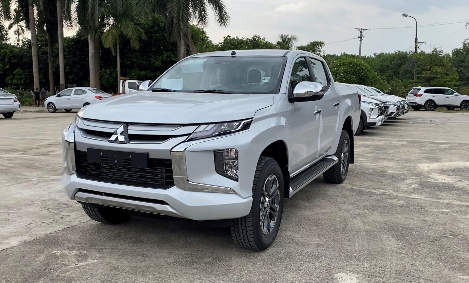 Xe bán tải Mitsubishi Triton 2022 màu bạc