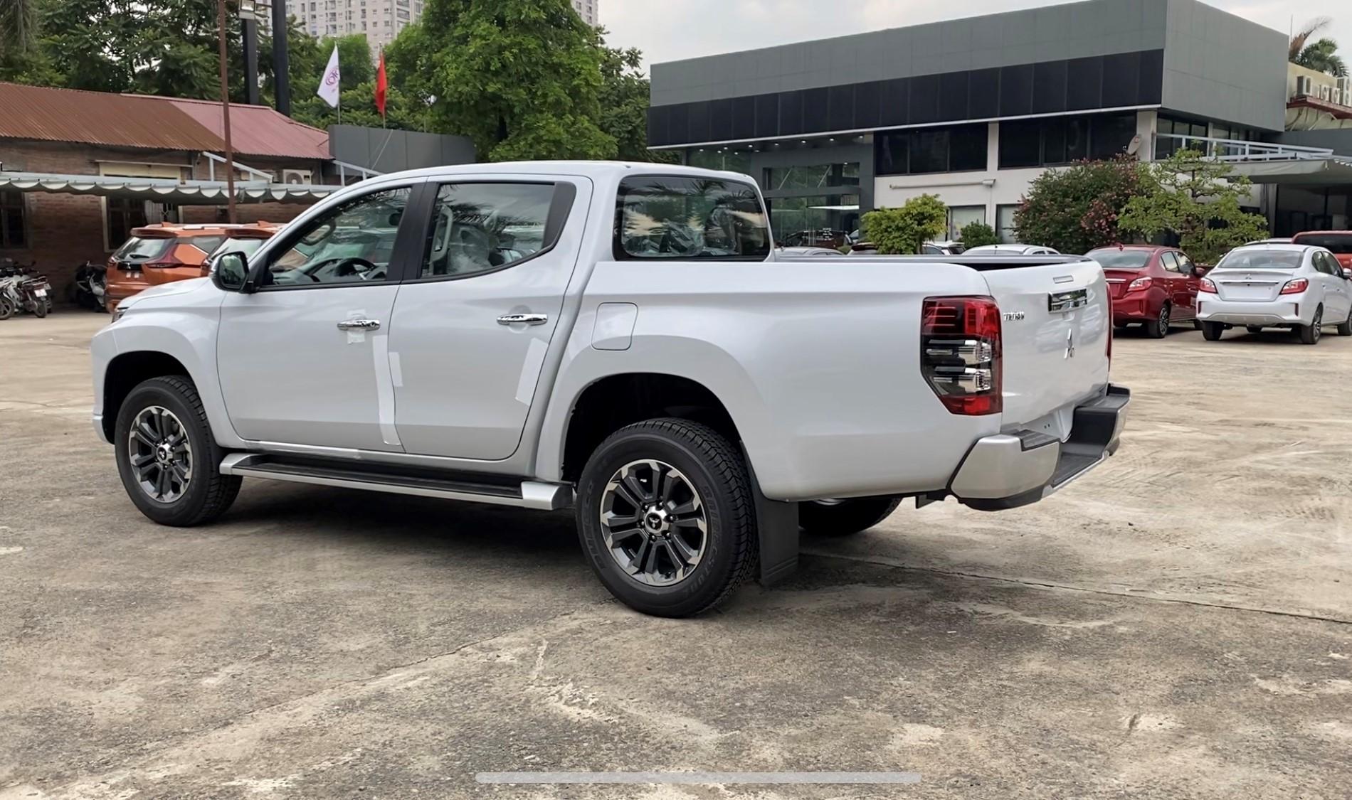 Xe bán tải Triton 2021 màu trắng